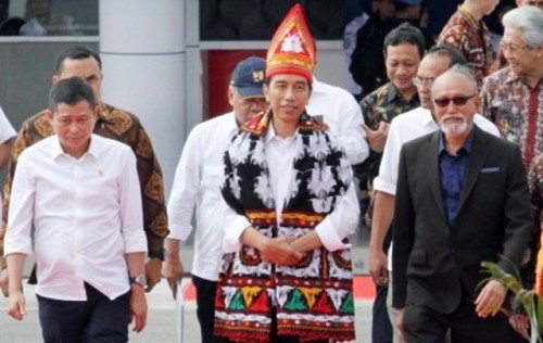 President Jokowi, Transportation Minister Ignasius Jonan (second left) and Aceh Wali Nanggroe (traditional leader) Malik Mahmud Al Haytar (right), walk together at the launch ceremony of the renovated Rembele airport in Bener Meriah regency, Aceh, on Wednesday. (Antara/Rahmad)