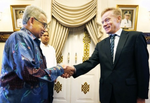 All smiles: Aceh Governor Zaini Abdullah (left) shakes hands with EU Ambassador to Indonesia Vincent Guérend at his official residence Pendopo Aceh in Banda Aceh on Wednesday. The EU pledge to give Aceh ¤6.5 million (US$7.35 million) for environmental projects.(JP/Hotli Simanjuntak)
